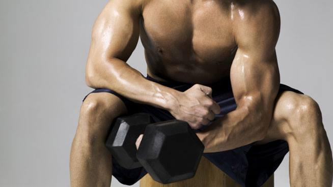 Curl concentrato: esercizio critico per l'epicondilite